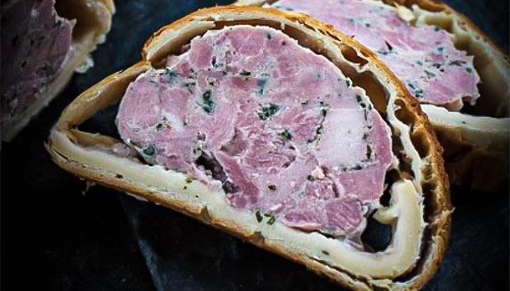 tranche de pâté en croûte ou pâté vigneron de la boucherie Kolifrath